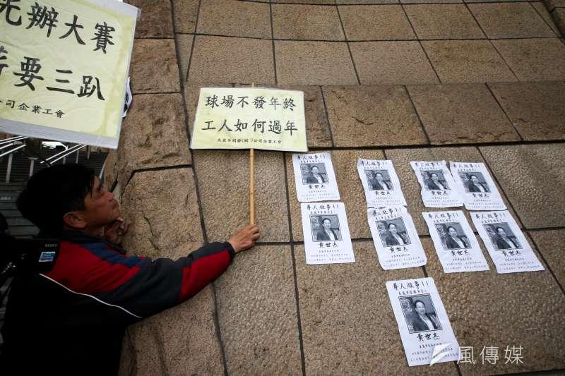 20180121-美麗華工會在內湖美麗華百樂園進行「破壞罷工,迴避協商,協尋美麗華董事長」,以抗議不當解雇,抗爭最後,張貼尋人啟示。(陳明仁攝)