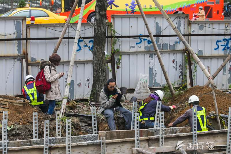 20180122-遠雄要對大巨蛋旁行道樹開挖移樹,環團在場抗議護樹。工人則欲挖開樹根,護樹志工阻止抗議。(陳明仁攝)