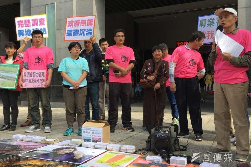 環團23日於環保署前抗議中油興建第三天然氣接收站,作家張曉風(左三)也到場聲援。(尹俞歡攝)