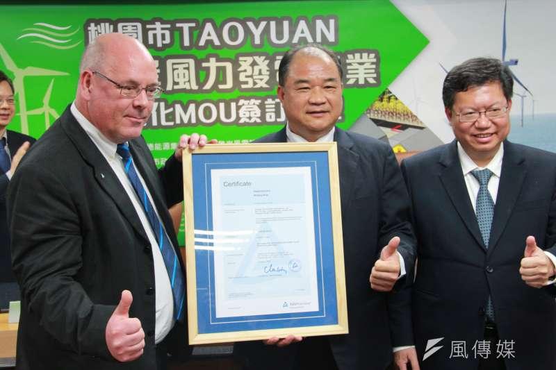 世紀鋼鐵董事長賴文祥(中)今獲銲接及鋼結構國際認證證書。(尹俞歡攝)