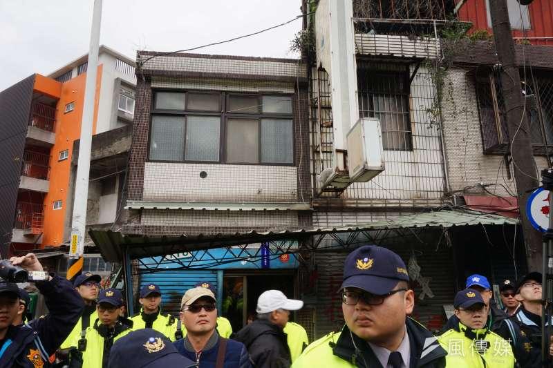 不同意戶之一的朱寧民,住家不在拆除範圍內,但被拆除作業波及,電錶及屋簷被毀損。(陳子萱攝)