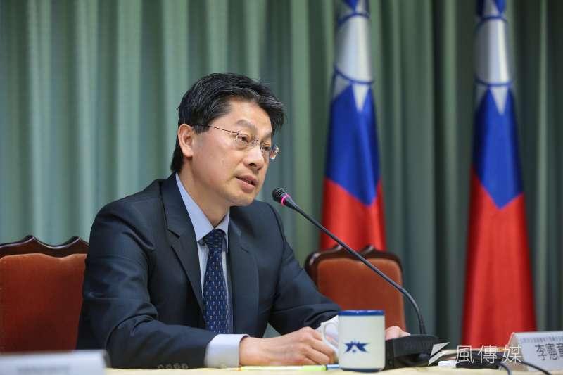20180124-外交部發言人李憲章24日召開「第二代晶片護照內頁圖案貼紙」說明記者會。(顏麟宇攝)