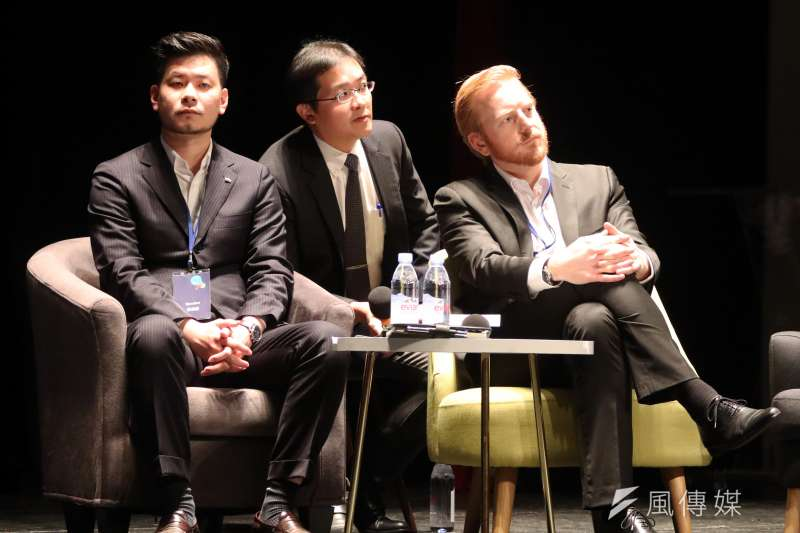 20180125-新創策略公司「應新」創辦人兼執行長Vincent Lassalle(右)、推動廢玻璃經濟循環的「春池玻璃」吳庭安(左) 晚間出席「想像力奪權思辨之夜」活動,並於會中分享。(蘇仲泓攝)