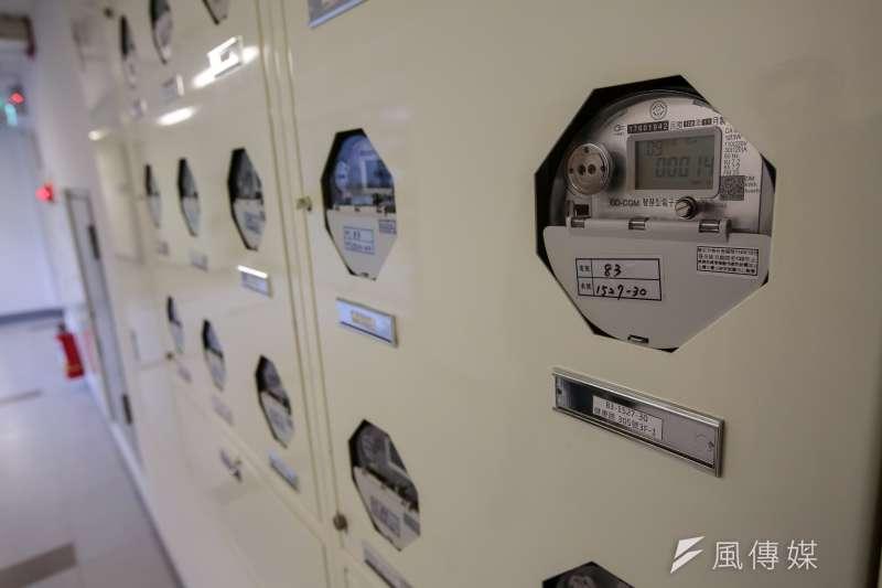 台電從2016年開始加速推動「智慧電表」,目前已在全台裝設20萬具,盼最快明年中就能達到1百萬具的目標。圖為台北市健康公宅智慧電表。(資料照,顏麟宇攝)