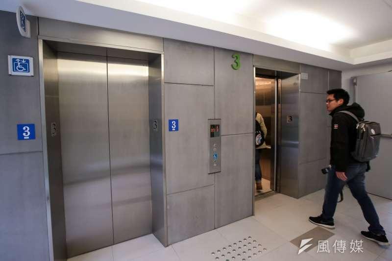 北市提供老舊建物增設電梯補助,但有民眾反映,若按照現行法規增設電梯,出電梯後竟還要再爬7至9階樓梯,無障礙空間仍有障礙。示意圖。(資料照,顏麟宇攝)