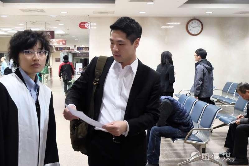 20180126-遭抓捕律師之一陳又新(右)與律師黨苴睿(左),赴台北地檢署正式對警察提告。(謝孟穎攝)