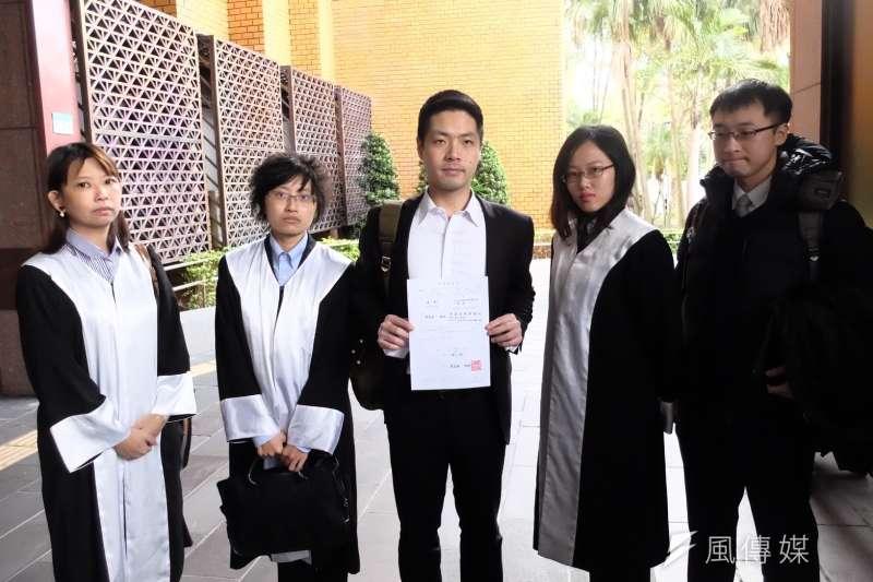 去年12月23日深夜於台北車站東三門協助反修《勞基法》抗爭民眾與警方溝通、卻遭抓捕丟包至大湖公園的律師團,赴台北地檢署正式對警察提告。(謝孟穎攝)