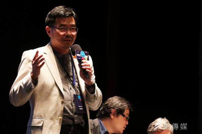 「自學教父」陳怡光25日晚間出席「想像力奪權 思辨之夜」活動,分享實驗教育的可能性。(蘇仲泓攝)