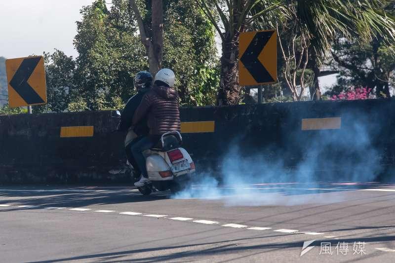 20180127-仰德大道,二行程機車排放黑煙。(顏麟宇攝)