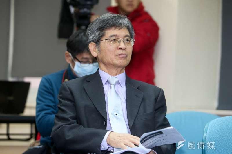 教授王塗發,出席台灣民意基金會舉行「蔡英文總統的兩岸與經濟表現」民調發表會。(陳明仁攝