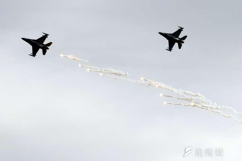 20180130-國軍107年春節加強戰備,第二站來到空軍台東第七飛行訓練聯隊,觀看演練。圖為F-16戰機以戰術動作通過操演區域,並施放熱焰彈。(蘇仲泓攝)