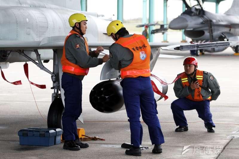 20180130-國軍107年春節加強戰備,第二站來到空軍台東第七飛行訓練聯隊,觀看演練。圖為地勤人員正替F-5型機進行潛力裝掛作業。(蘇仲泓攝)