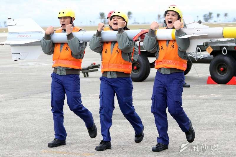 20180130-國軍107年春節加強戰備,第二站來到空軍台東第七飛行訓練聯隊,觀看演練。圖為F-5型機進行潛力裝掛作業,地勤人員搬運響尾蛇飛彈。(蘇仲泓攝)