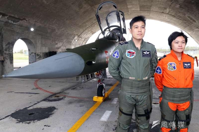 20180130-國軍107年春節加強戰備,第二站來到空軍台東第七飛行訓練聯隊,觀看演練。圖為女飛官鍾瀞儀上尉(右)於F-5型機旁接受媒體拍攝。(蘇仲泓攝)