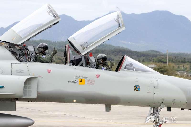 20180130-國軍107年春節加強戰備,第二站來到空軍台東第七飛行訓練聯隊,觀看演練。圖為駕駛F-5型機的飛行員,手比大拇指展現自信。(蘇仲泓攝)