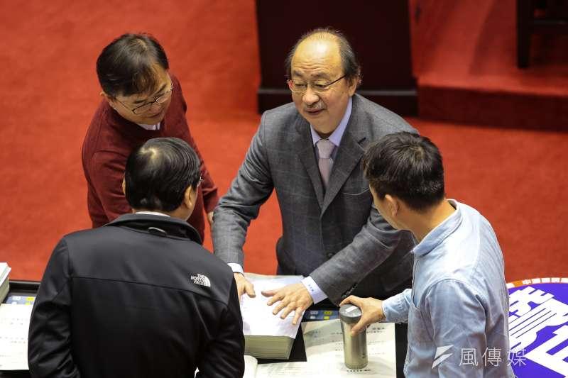 20180130-民進黨總召柯建銘30日於院會臨時會,與國民黨團委員交談。(顏麟宇攝)