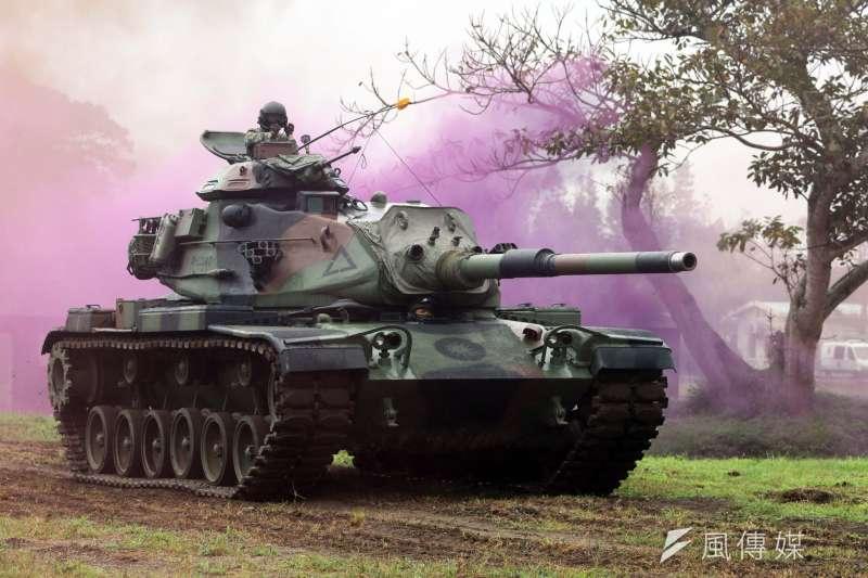 20180130-國軍春節加強戰備巡弋上午登場,首站由陸軍花防部所屬部隊,模擬花蓮港遭敵滲透攻佔,派遣作戰區守備部隊發起反擊,最終殲滅殘敵並奪回港區。圖為我軍M60A3戰車對敵發起反擊。(蘇仲泓攝)
