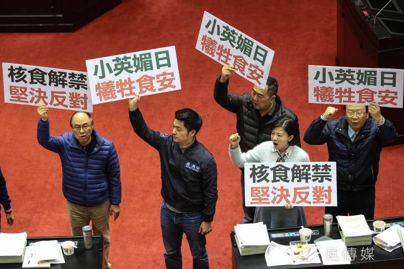 蔡政府要開放福島食品進口,國民黨立委高舉「核食解禁,堅決反對」、「小英媚日,犧牲食安」標語。(顏麟宇攝)