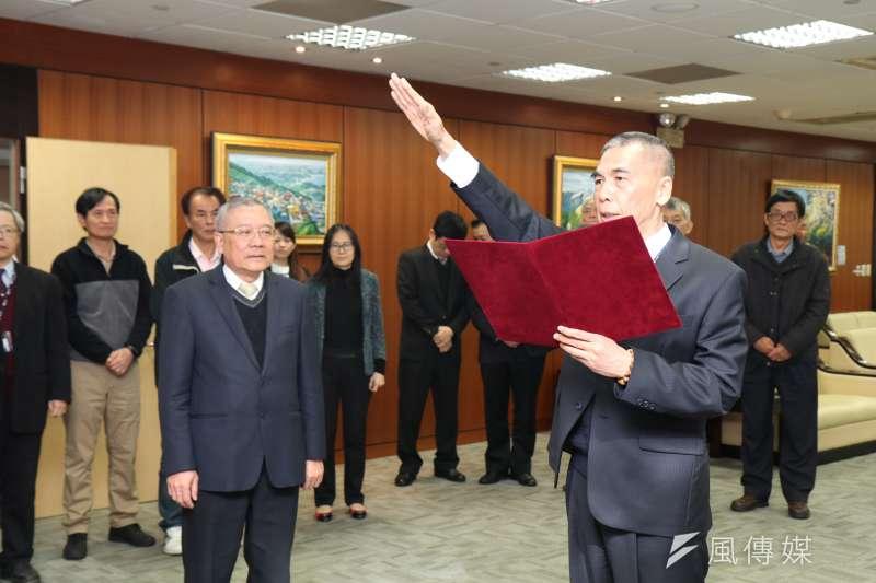 中油31日辦理總經理交接典禮,新任總經理李順欽(右)上任宣示,董事長戴謙(左)見證。(中油提供)