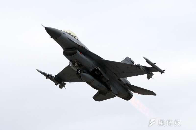 空軍又傳出有軍官私下挾帶友人闖進空軍基地,不但溜進F-16座艙內嘟嘴自拍,還公然PO上網炫耀。空軍已全面查處相關失職人員中。圖為空軍F-16戰機。(資料照,蘇仲泓攝)