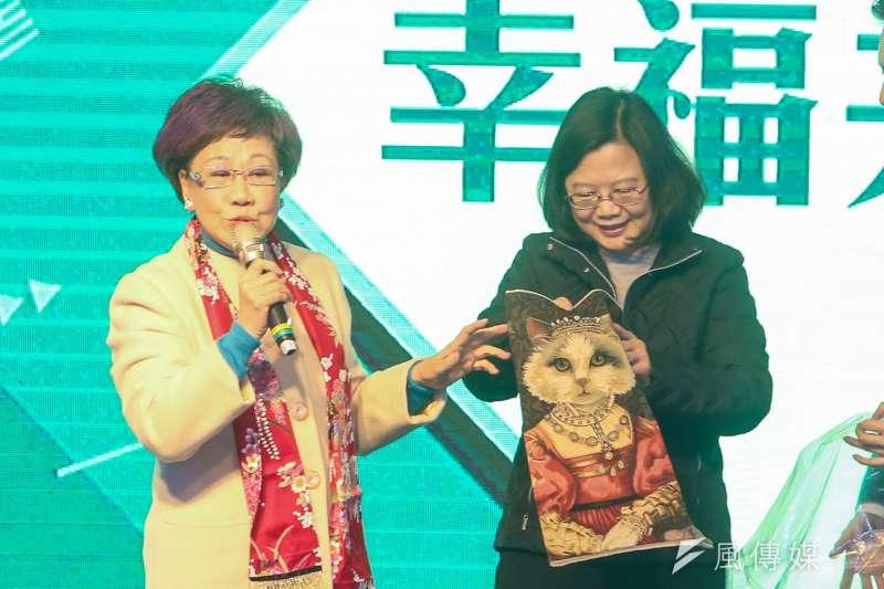 20180131-民主進步黨年終餐敘中,前副總統呂秀蓮致贈購自歐洲的貓圖案椅套給主席蔡英文。(陳明仁攝)