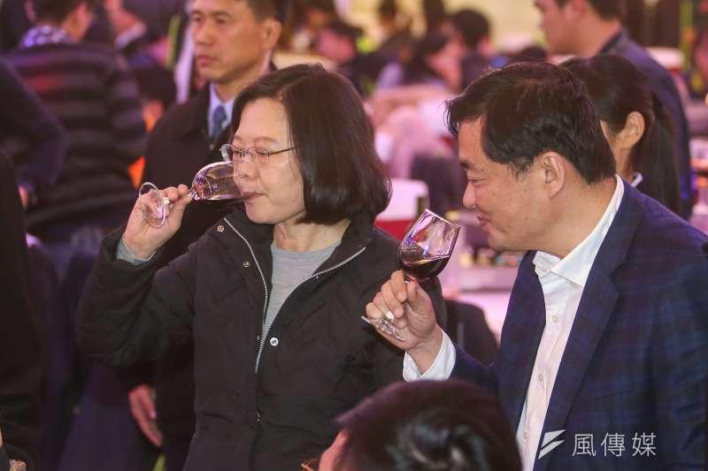 民主進步黨年終餐敘中,蔡英文主席逐桌敬酒。(喝酒過量有害康康∕酒後不開車。陳明仁攝)