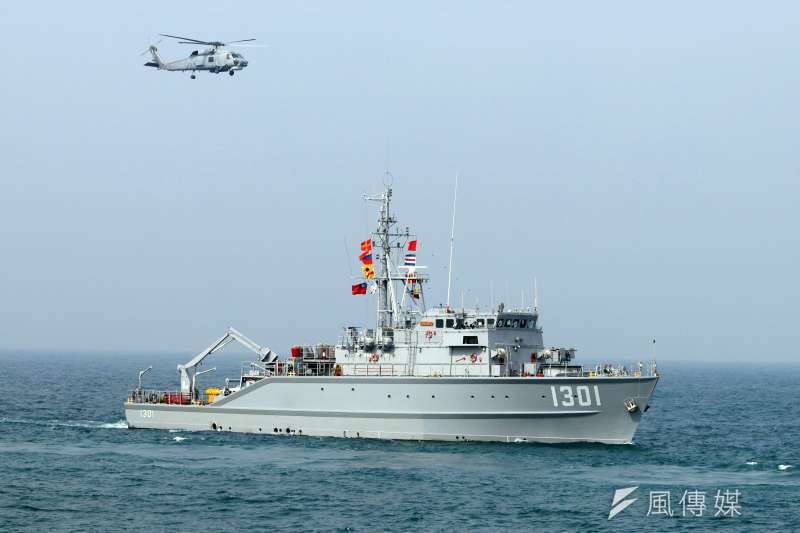 圖為海軍編號1301的永豐級獵雷艦與S-70C(M)反潛直升機。(資料照,蘇仲泓攝)