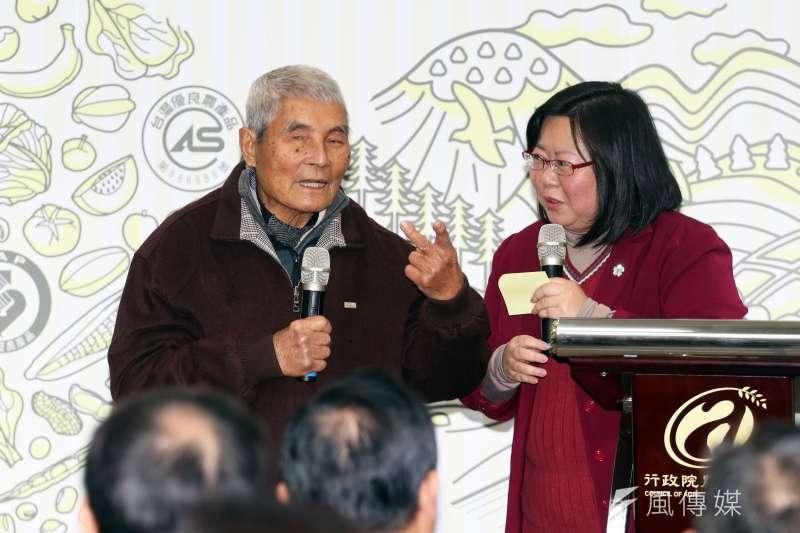 總統府國策顧問黃崑濱(左)今天下午3時許在台南市後壁區住家過世,享耆壽92歲。(資料照,蘇仲泓攝)