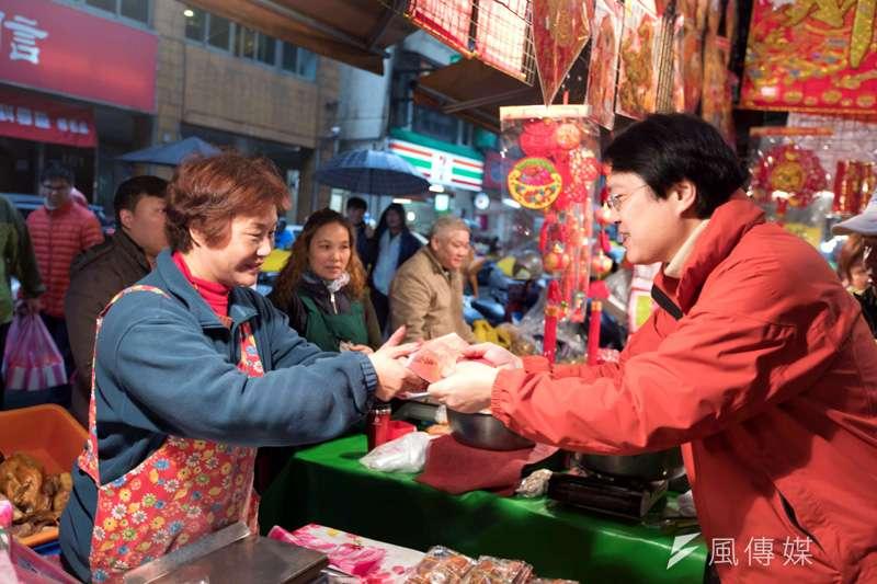基隆市長林右昌至信義傳統市場發紅包,受到採買攤商的歡迎。(圖/張毅攝)