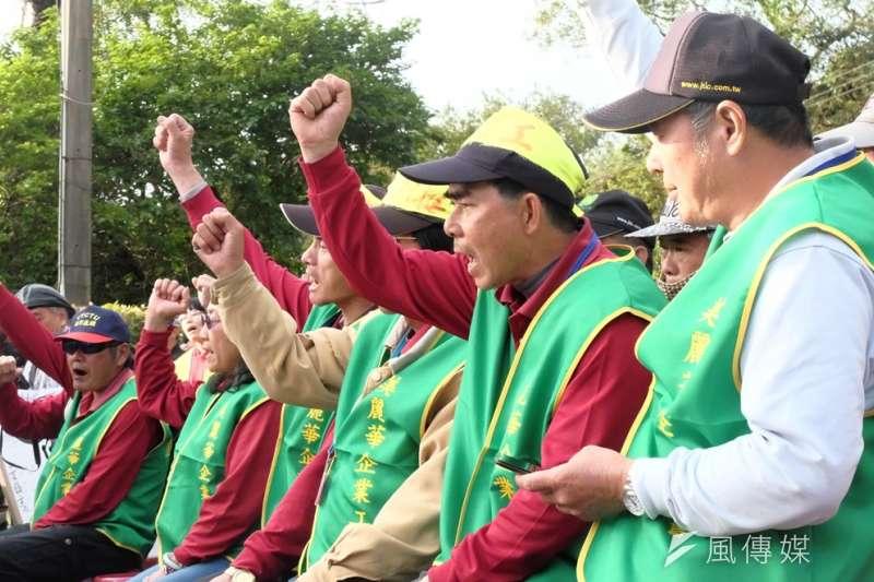 美麗華工會於罷工現場籌備一桌工人尾牙,並抗議資方無預警解雇。(謝孟穎攝)