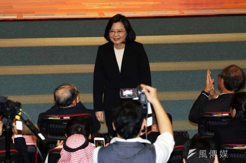 蔡英文下午出席「2018年台灣國際科學展覽會頒獎典禮」,會前特別起身和來賓及同學們致意。(蘇仲泓攝)