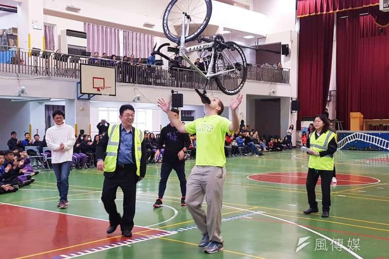 美國MIT高材生David Rush以下巴頂著腳踏車,行走168.76公尺,創下個人第36個金氏世界紀錄。(圖/方詠騰攝)