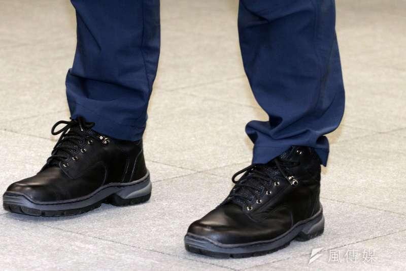 20180202-警政署上午召開「新式制服票選結果記者會」,圖為新式的警察勤務靴。(蘇仲泓攝)