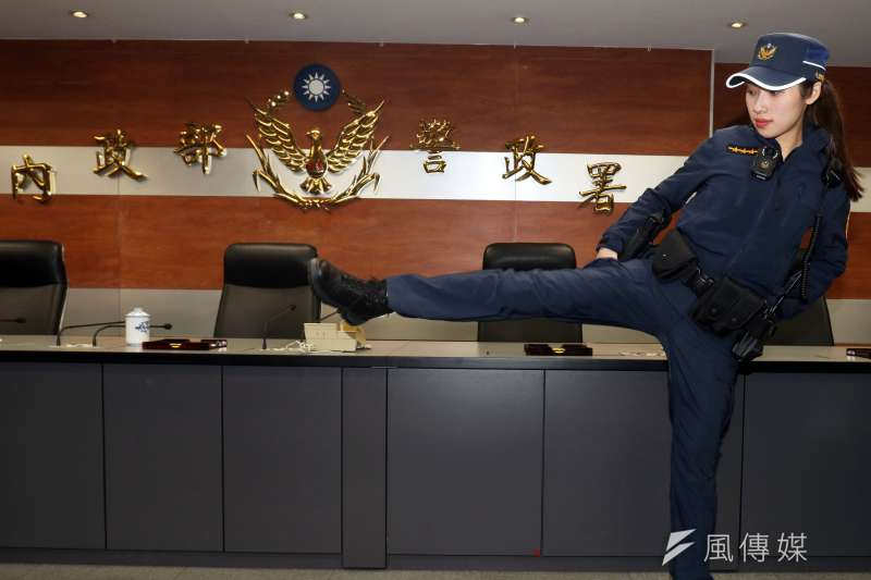 警政署上午召開「新式制服票選結果記者會」,現場找來同仁身著新式制服進行分享,並以大動作的舉手、踢腿等方式,展現新制服的機能便利性。(蘇仲泓攝)