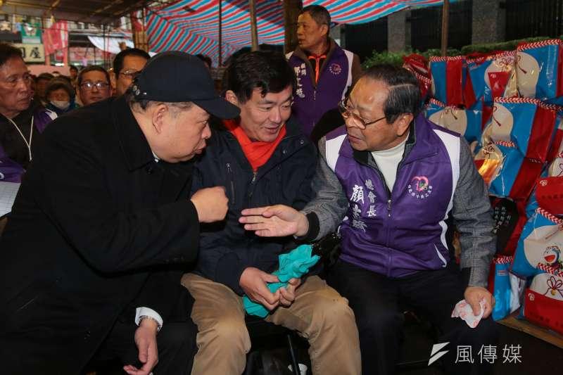 民進黨秘書長洪耀福(中)說明,不論台北市、新北市提名,黨內還在看,「後發先至不用急」。(顏麟宇攝)