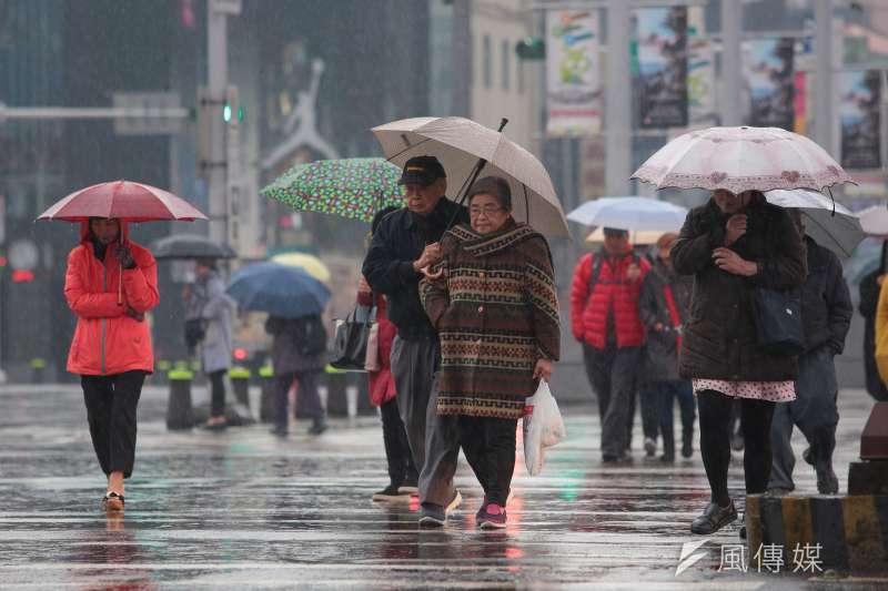 20180203-天冷配圖,雨天,西門町,老人。(顏麟宇攝)