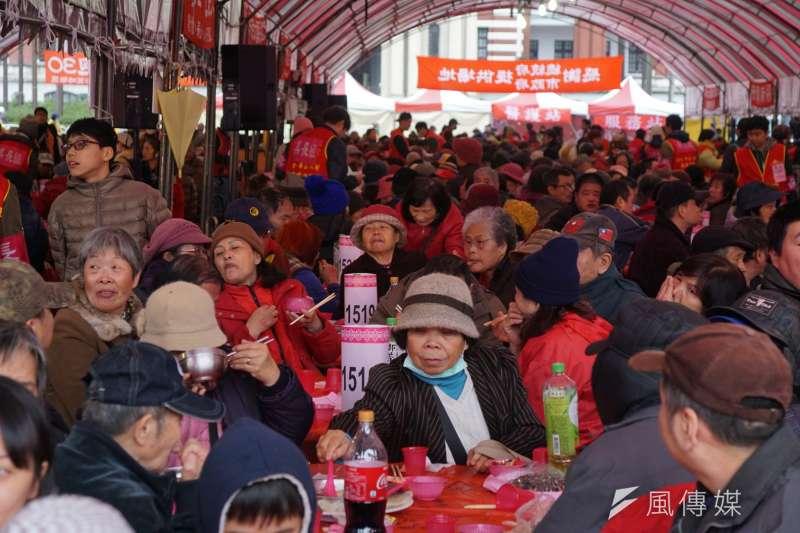 人安、創世、華山基金會4日中午共同合作,舉辦第28屆寒士尾牙,全台共有16場同步辦理,約有4萬寒士、街友、獨居長輩及清寒單親媽媽共同享用團圓飯。(盧逸峰攝)