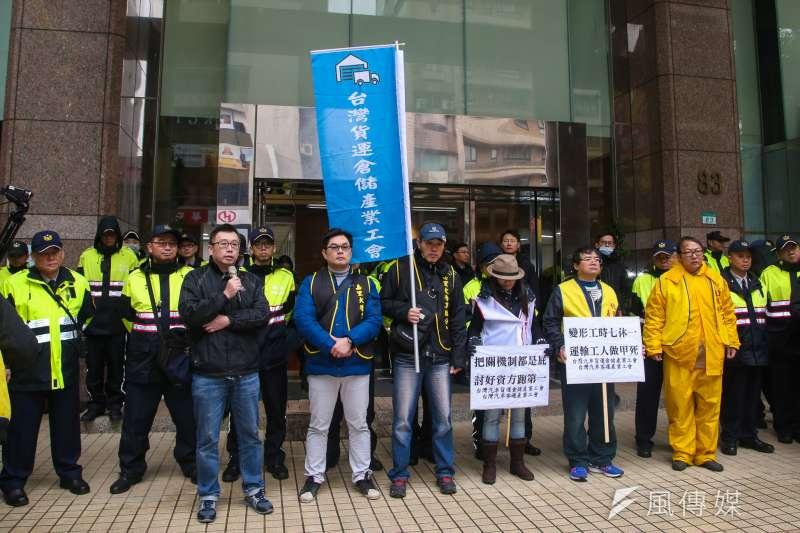 貨運倉儲、客運工會成員5日到勞動部前,舉行「反對列入例假七休一例外情形」記者會。(陳明仁攝)