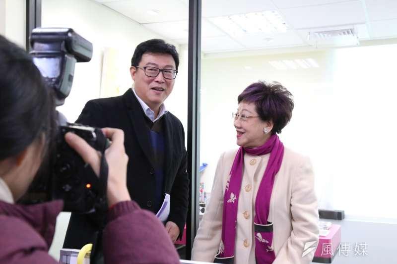 前副總統呂秀蓮(右)今日接受廣播訪談時指出,重挫柯民調的原因之一為取消重陽敬老禮金。(《POP搶先爆》提供)