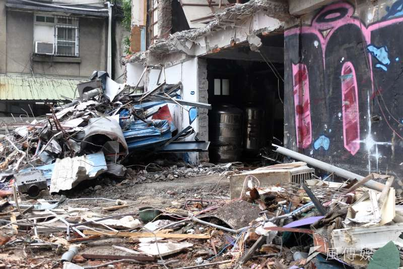 上百軍警無預警闖入家中、限時15分鐘打包隨身物品,隨後松山機場國宅住戶郭泰松與鄰居的家,成了一片廢墟...(謝孟穎攝)