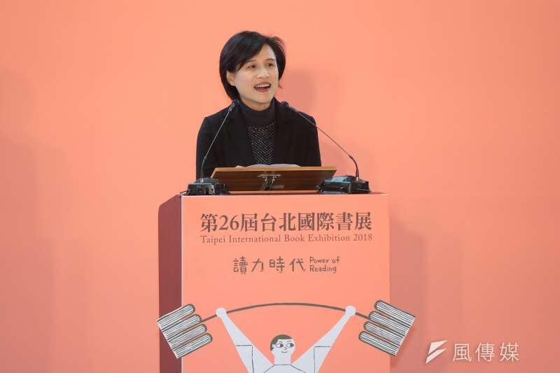文化部長鄭麗君今天再度到台北國際書展,拖個行李箱帶回至少60本書。(資料照,顏麟宇攝)