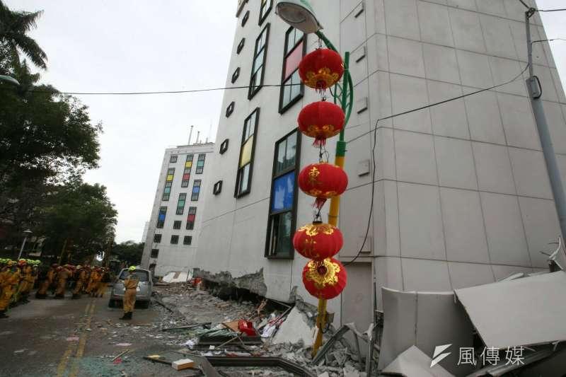 2018-02-07-花蓮地震,統帥大飯店1、2樓坍毀02。(陳明仁攝)