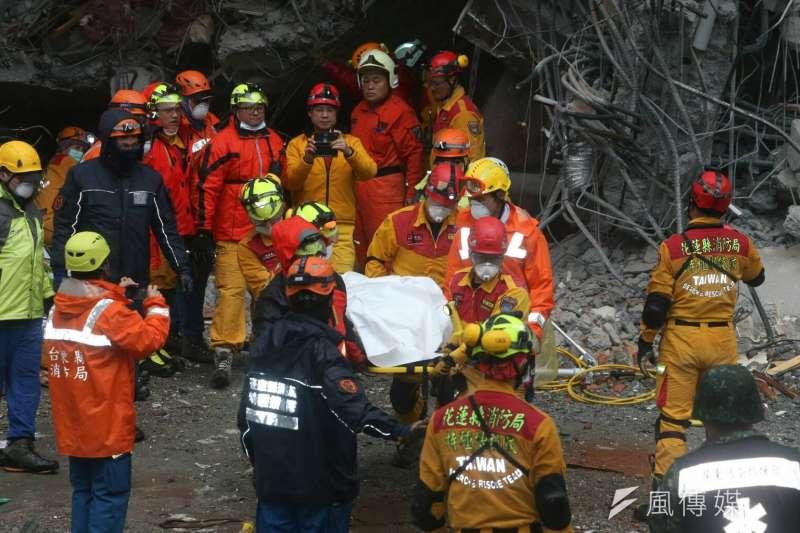 花蓮地震中被困在瓦礫堆的統帥飯店2名員工,其中1名周姓員工於下午2時40分左右脫困獲救。(陳明仁攝)