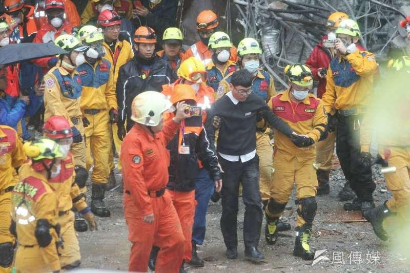 花蓮地震中被困在瓦礫堆的統帥飯店2名員工,第2名梁姓員工於下午3點10分左右脫困獲救,2人全救出。(陳明仁攝)