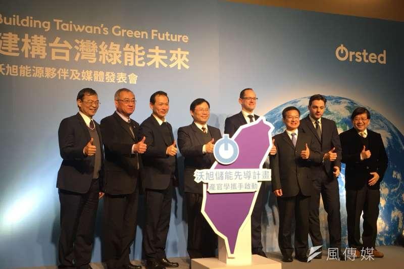 能源局長林全能(左四)與沃旭能源全球執行長馬丁.諾柏(Martin Neubert,左五)持續推動離岸風電發展。(尹俞歡攝)