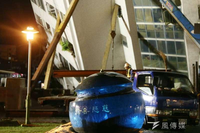 花蓮地震中災情嚴重的雲門翠堤大樓,庭園造景寫著「慈悲喜捨」。(陳明仁攝)