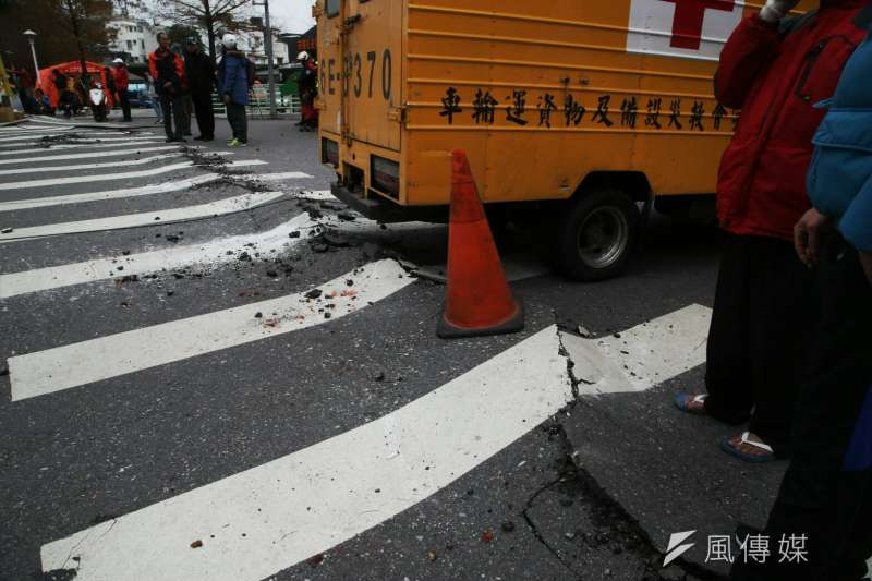 2018-02-07-花蓮雲門翠堤大樓倒塌,消防、國軍救援現場,地面破裂隆起。花蓮地震。(陳明仁攝)
