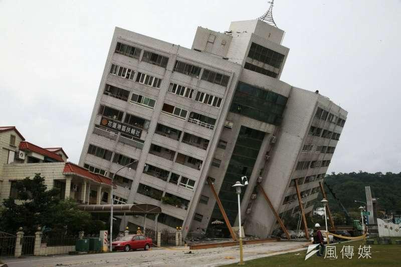 花蓮雲門翠堤大樓倒塌,消防、國軍救援現場,1至4F崩塌。(陳明仁攝)
