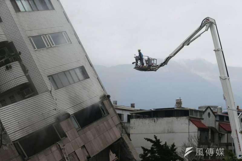 花蓮6日深夜發生規模6.0強震,造成數棟樓房倒塌。國民黨立院黨團7日宣布,全體立委捐出一日所得賑災。圖為雲門翠堤大樓現場,救災人員出動雲梯。(陳明仁攝)