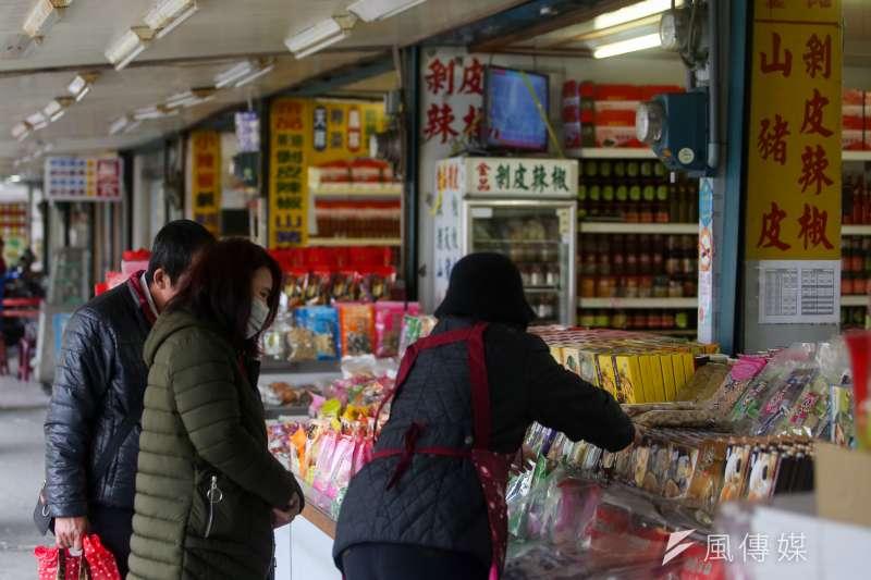 不論是來自哪個國家的觀光客,來台一遊都少不了採購各式名特產。(資料照,陳明仁攝)
